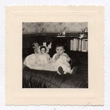 PHOTO Vintage Curiosité Snapshot Enfant Fille Poupée Poupon Lit Chambre 1958
