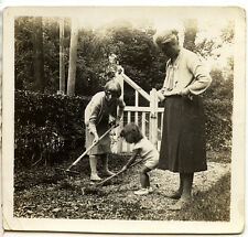 femme Enfants jardinage râteau ratissage - photo ancienne an. 1930 40