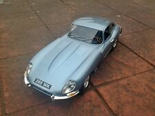 Burago 1/18 Scale Diecast Model  B18-12044 Jaguar E Type Coupe In Window Box