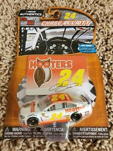 Chase Elliott 2017 NASCAR Authentics 1/64 Diecast - Wave 6 Hooters with Magnet