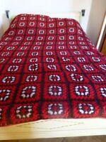 2m,35x2m,10=beau rouge ,laine, superbe dessus de lit ou canapé fait main