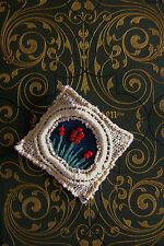 Upcycling Schmuck  Anstecknadel  aus Jeans, Spitze und Perlen Handarbeit