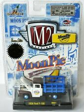 M2 Machines MoonPie - 1956 FORD F-100 STAKE BED TRUCK - white/brown/blue - 1:64