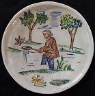 A'/ Assiette (n°2) signée CLOS DE JOYE décor peint main (pêcheur...)