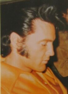 ELVIS PRESLEY RARE PHOTO CANDID SIGNING AUTOGRAPHS CLOSE UP