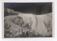 PHOTO ANCIENNE Enfant Bébé Portrait Vers 1930 Lit Chambre Mains jointes Drap