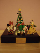 "DISNEY ""MICKEY'S CHRISTMAS SURPRISE 2005""~LE 1000~4 PINS ON WOODEN BASE *NEW*"