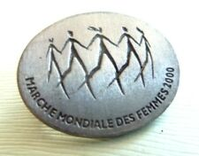 VINTAGE PIN MARCHE MONDIALE DES FEMMES 2000 WORLD WOMEN WALK POUR QUE CA CHANGE