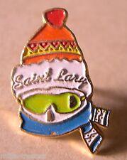 Ancien  PIN'S : SAINT LARY - Visuel SKIEUR (Bonnet Echarpe et lunettes)