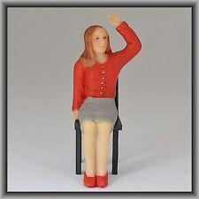 Dingler Handbemalte Figur Polyresin - Spur I - Frau sitzend, rote Bluse, winkend