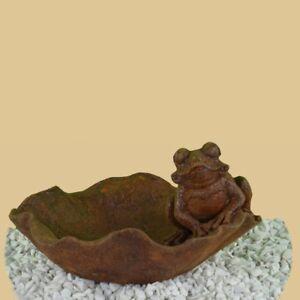 Vogeltränke Vogelbad Gusseisen Metall Tränke Frosch sitzt auf Blatt Eisen Rost