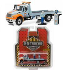 GREENLIGHT 33060A 2013 Gulf Oil International Truck 1:64 w/ Pump & Attendant