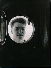 BATEAU-NAVIRE DE GUERRE c. 1938 - Militaire à travers le Hublot ouvert- Div 9988