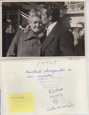 Jorge Mistral. Fotografía del Artista abrazando a su madre. Tamaño 17,50 x 11,7