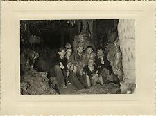 PHOTO ANCIENNE - VINTAGE SNAPSHOT - GROTTE SPÉLÉOLOGIE GROUPE - CAVERN CAVE 1951