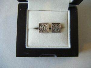 A PAIR OF SILVER SQUARE EARRINGS, 1CM SQUARE.