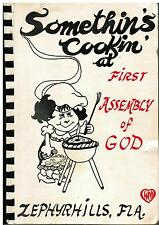 *ZEPHYRHILLS FL 1982 SOMETHINS COOKIN IN COOK BOOK *FIRST ASSEMBLY OF GOD CHURCH