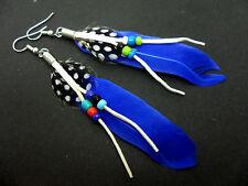 Una coppia di lunghi Blu Perlina E Piuma Orecchini Pendenti.