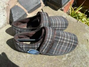 BNWT Clarks size 7 brown check slippers