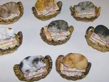 1:12 schlafende Katze im Bügelwäschekorb, sortiert Preis pro Korb!