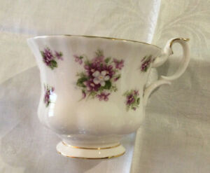 "Pretty Royal Albert ""Sweet Violets"" Tea Cup.  Made In England.Good Condition.💜"