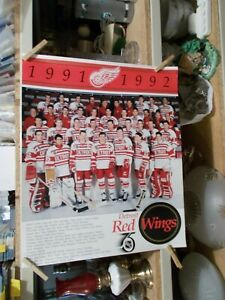 "1991-1992 DETROIT RED WINGS TEAM 16""X 20"" POSTER PICTURE WITH NAMES AT BOTTOM"