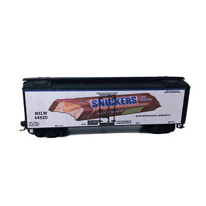 HO Custom Lettered Reefer Car - Snickers Candy Bar - Missing 1 Step