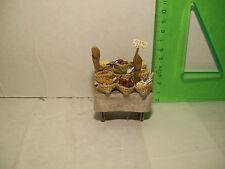 Banchetto in legno e stoffa adatto per la vendita di legumi