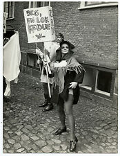 Photographie Presse manifestation féministe femme Pin-up 1970 Danemark