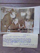 PHOTO DE PRESSE 1955 PARIS MAURICE UTRILLO LUCIE VALORE HOTEL DE VILLE MEDAILLE