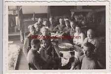 (F1538) Orig. Foto Wehrmacht-Soldaten mit Frauen, Kinder am Eßtisch, 1940er