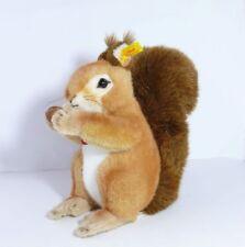 Steiff 071317   Kecki Eichhörnchen    mit Fahne und Knopf  Kuscheltier