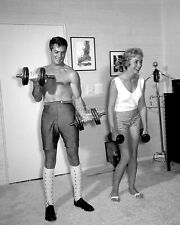 TONY CURTIS AND JANET LEIGH LIFTING WEIGHTS - 8X10 PUBLICITY PHOTO (MW412)