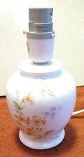 Lampada da tavolo da comodino porcellana bianca decorata con fiori