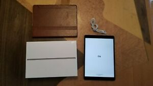 Apple iPad Air (3rd Generation) 64GB, Wi-Fi, 10.5in - Space Gray lightly used