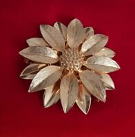 Vtg 70s Sarah Coventry Flower Brooch Gold Tone Daisy flower Floral COV CANADA