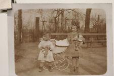 altes Foto zwei Kinder mit Kinderwaagen Puppe und Teddy um 1900