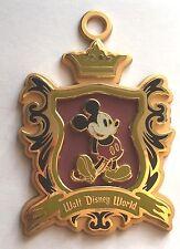 ENORME Disney Spilla Classico Distintivo 1955 Logo Mickey Mouse Cordoncino