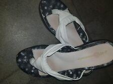 J 41 Avignon Womens White Thong wedge heel Sandal Sz 9