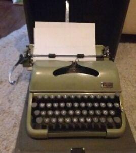 Koffer-Schreibmaschine Groma Modell T , portabel, oliv
