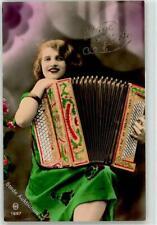 52460455 - Frau Ziehharmonika