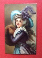CPA. Jeune Fille au Chapeau à Plume. Carte assez épaisse. Costume XVIIIeme.