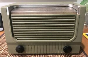 (1) 1952 RCA model 2X62 AM 6 tube table radio