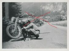 Nr 5503 privat  Foto Mann mit  Motorrad Oldtimer um 1955