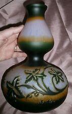 DE VIANNE  : Vase double gourde en pâte de verre multicouche décor vigne vierge
