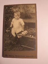 Hannover - kleines Kind im Garten mit Spielzeug auf Wagen - Puppe Teddybär / CDV