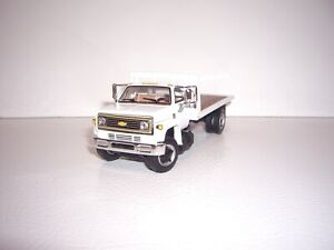 DCP FIRST GEAR 1/64 WHITE CAB WITH BULKHEAD CHEVY C65 SINGLE AXLE FLATBED TRUCK