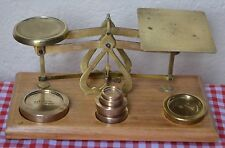 VINTAGE C1900 ENGLISH BRASS AND POLISHED WOOD POSTAL SCALES & 6 BRASS WEIGHTS