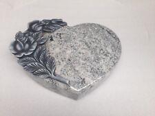 Herz Granit Viscont White mit Blumenornament, als Garten Deko, Grabschmuck usw
