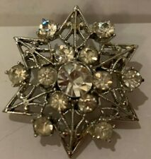 VINTAGE JEWELY CLEAR RHINESTONE  IN STAR LOOKING SETTING BROOCHE